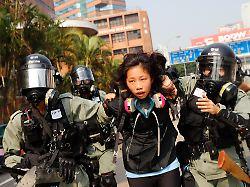 Soldaten zeigen sich in Hongkong: Dutzenden Protestlern gelingt Flucht aus Uni