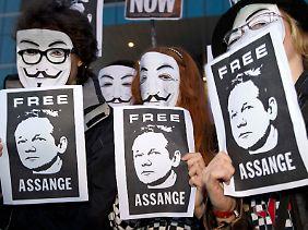 Anhänger des Wikileaks-Gründers demonstrieren ihre Unterstützung.