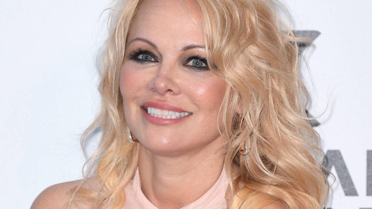 Pamela Anderson trägt noch roten Badeanzug