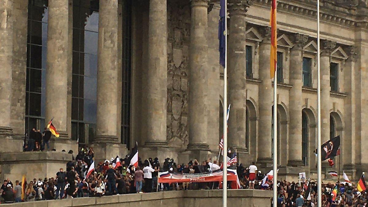 Polizei stoppt Demonstranten vor dem Reichstag