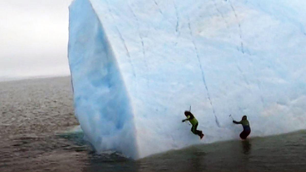 Arktis-Eisberg kippt auf leichtsinnige Kletterer