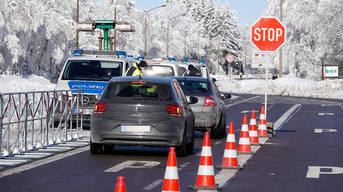 Regierung verteidigt Grenzregime:Polizei verwehrt jedem Dritten die Einreise - n-tv NACHRICHTEN