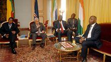 Gbagbo (rechts) mit den westafrikanischen Präsidenten Yayi, Pires und Koroma (von links).