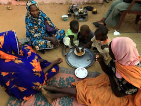 Familienessen bei Flüchtlingen im Sudan.