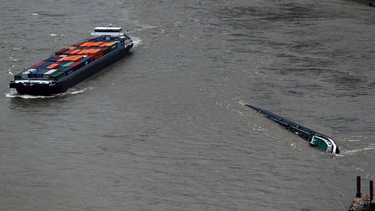 Millimeterarbeit auf dem Rhein: Schiffe passieren Wrack - n-tv.de