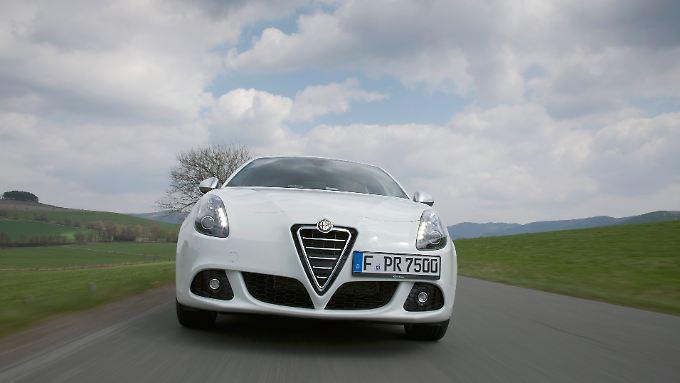 Rasse ja, aber auch Klasse? Die Giulietta von Alfa Romeo besticht mit einem ansprechenden Äußeren und unterstreicht diesen Anspruch auch auf der Straße.