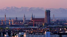 München bei Föhn: Viele Menschen halten sich für wetterfühlig. Ihnen könnte der Temperaturanstieg am kommenden Wochenende besonders zu schaffen machen. (Archivbild)