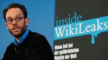 Die Vorstellung des Buches, mit dem Domscheit-Berg eine persönliche Abrechnung mit Wikileaks-Gründer Julian Assange vorlegt, wurde von heftigen Vorwürfen und der Ankündigung rechtlicher Schritte begleitet.