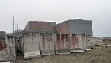Blick von der Seite auf die Halle mit Block 1 und 2 des ehemaligen AKW.