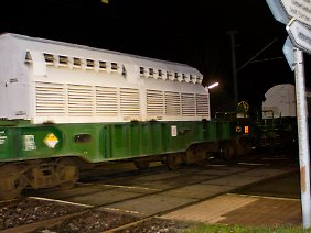Der Zug mit dem Castor-Behälter rollt durch Karlsruhe.