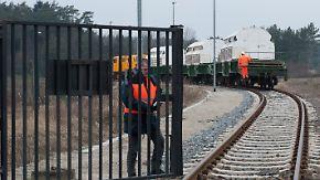 Polizei räumt Strecke: Castor erreicht Lubmin