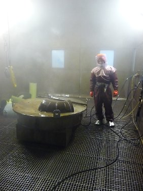 Mit einem 2000 Bar starken Wasserstrahler werden kontaminierte Bauteile gereinigt.