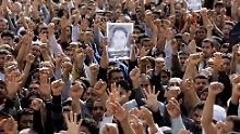 Mahmoud Maki Abu Taki, 22, wird in Sitra zu Grabe getragen.