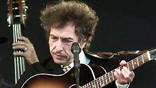 Bob Dylan arbeitet als Musiker, Poet, Maler und radiomoderator.