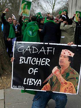Auch in London demonstrieren Menschen gegen Gaddafi.