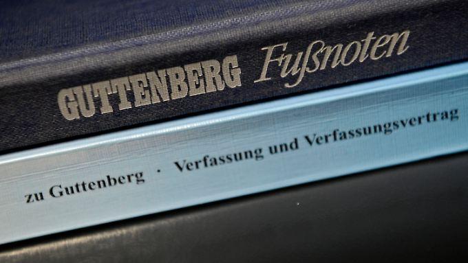 Unten die Dissertation des Ministers, oben das Buch seines (fast) gleichnamigen Großvaters.