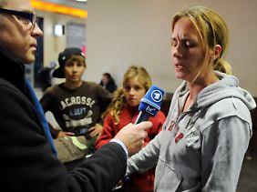 Deutsche Staatsbürger nach ihrer Rückkehr aus Tripolis auf dem Flughafen von Frankfurt am Main.