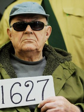 Demjanjuk zeigt die Aktennummer.