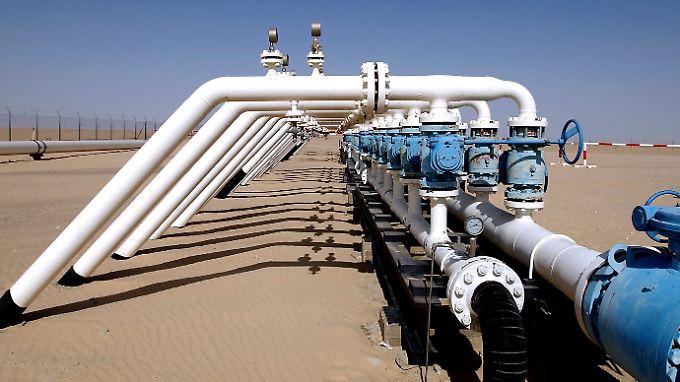 Das Verteilerkreuz einer Ölleitung der Firma Wintershall auf dem Ölfeld As Sarah in Libyen.
