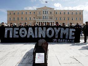 """""""Wir sterben"""": Demonstranten vor dem griechischen Parlament in Athen."""