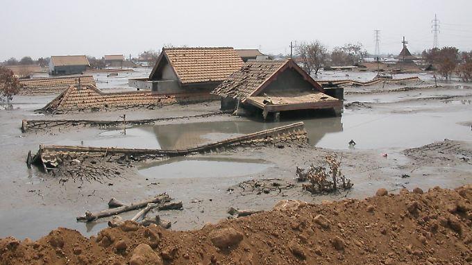 Ganze Dörfer ertrinken auf Java in den Schlammfluten des Vulkans Lusi.