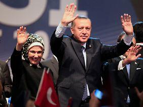 Erdogan und seine Frau werden in Düsseldorf von ihren Landsleuten gefeiert.