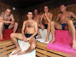In Badehose sitzen fünf Männer in der finnischen Sauna eines Hallenbades in Stadtteil Huchting von Bremen.