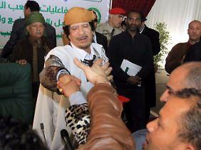 Gaddafi lässt sich feiern und behauptet, es gebe keine Proteste gegen ihn.