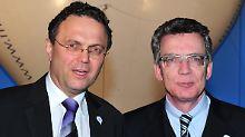 Der neue Bundesverteidigungsminister de Maiziere (CDU, r) und der neue Bundesinnenminister Friedrich (CSU, l).