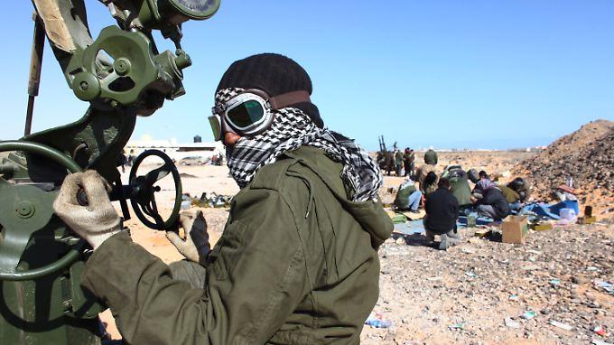 Ein Gaddafi-Gegner rüstet sich zum Kampf.