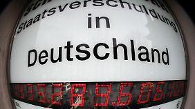 Deutschland hat etwa 1,3 Billionen Schulden.