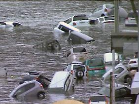 Die Flutwellen trafen mit gewaltiger Kraft auf Land.