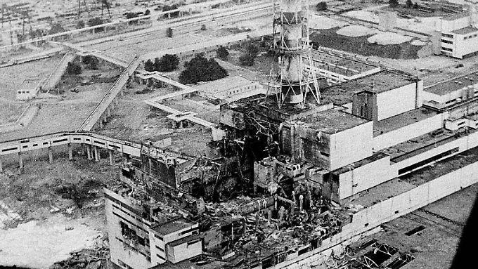 Das Atomkraftwerk in Tschernobyl in der damaligen Sowjetunion, aufgenommen wenige Tage nach dem Reaktorunglück am 26. April 1986.