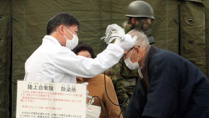 Mediziner überprüfen Einwohner des Dorfes Otama, das in der Nähe des AKW Fukusdhima 1 liegt, auf erhöhte Strahlenwerte.