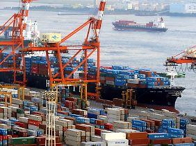 Blick auf den Tokioter Containerhafen.
