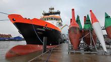 """Die Hamburger verlassen den Bremer Hafen: Die """"Nordic"""", ein Seenotschlepper, liegt am Helgolandkai in Cuxhaven und dient hier als sinnfälliges Symbol für das HCI-Manöver """"Leinen los""""."""