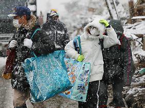 Obdachlos nach Erdbeben und Tsunami und hilflos der Kälte ausgesetzt: Straßenszene in Natori.