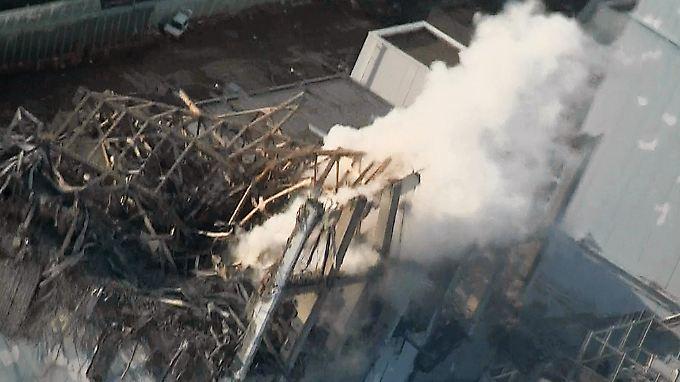 Rauch steigt aus dem zerstörten Reaktor 3, der Plutonium enthält.