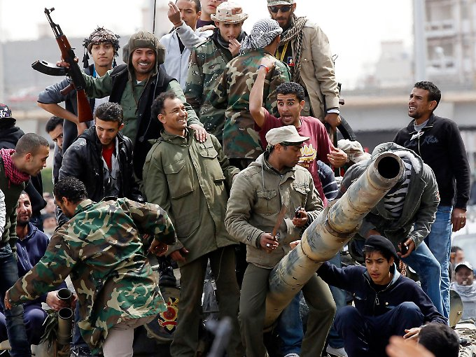 Wieder optimistisch: Aufständische auf einem Panzer, den sie Gaddafis Truppen abgenommen haben wollen.