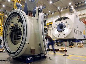Techniker beim Windenergieanlagen-Hersteller REpower Systems AG im Werk Bremerhaven.