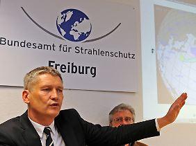 Der Präsident des Bundesamtes für Strahlenschutz, Wolfram König (l), und der Leiter der Frühwarnstation für Radioaktivität, Erich Wirth, erläutern Auswirkungen der atomaren Katastrophe in Japan.