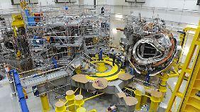 Kernfusionsexperiment Wendelstein 7X am Max-Planck-Institut in Greifswald: Das erste von fünf Magnetmodulen wurde nach jahrelangen Planungen und Vorarbeiten 2009 an seinem endgültigen Standort montiert.