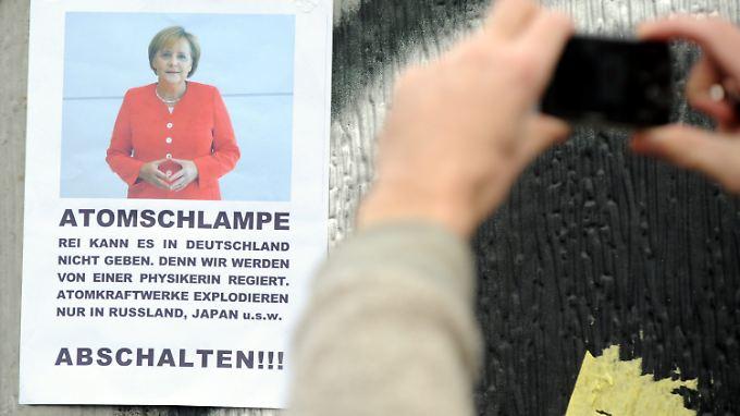 Am Rande der Demonstration in Berlin sorgt ein Plakat für Aufmerksamkeit.