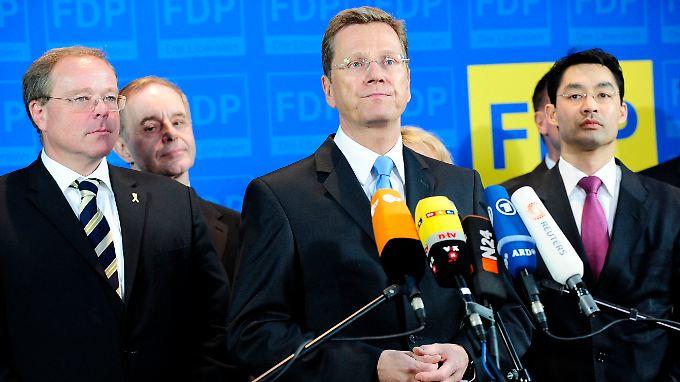 Betretene Mienen: Westerwelle nahm im Kreis der FDP-Führung Stellung zum schlechten Abschneiden seiner Partei.