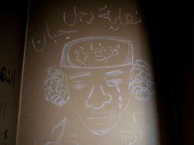 Eine gezeichneter Gaddafi-Kopf in Katepat Al Fatheel, der ehemals größten Militärbasis in Bengasi.
