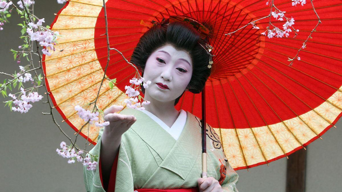 Singen in Notunterkunft: Geisha bleibt nur ihre Stimme - n
