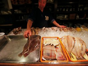 Die Fischerei vor der Nordostküste Japans ist verboten. Das von den Fischen aufgenommene Gift könnte in die Nahrungskette gelangen.