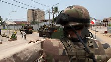 Französische Friedenstruppen patrouillieren durch Abidjan.