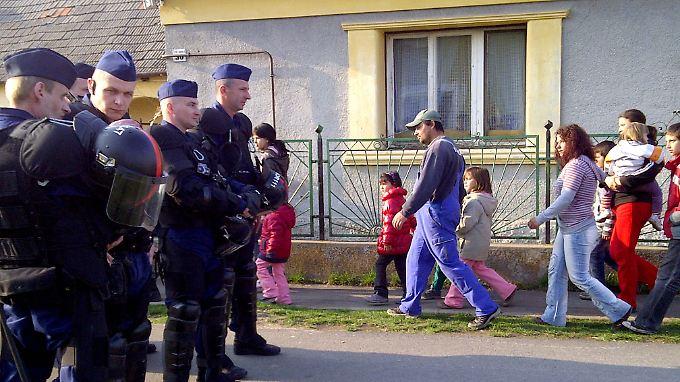 Die Polizei schützt ein Roma-Viertel in Hejöszalonta.