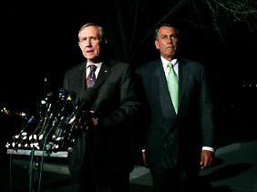 John Boehner (rechts) und der Chef der Demokraten im Senat, Harry Reid, geben ihre Statements ab.